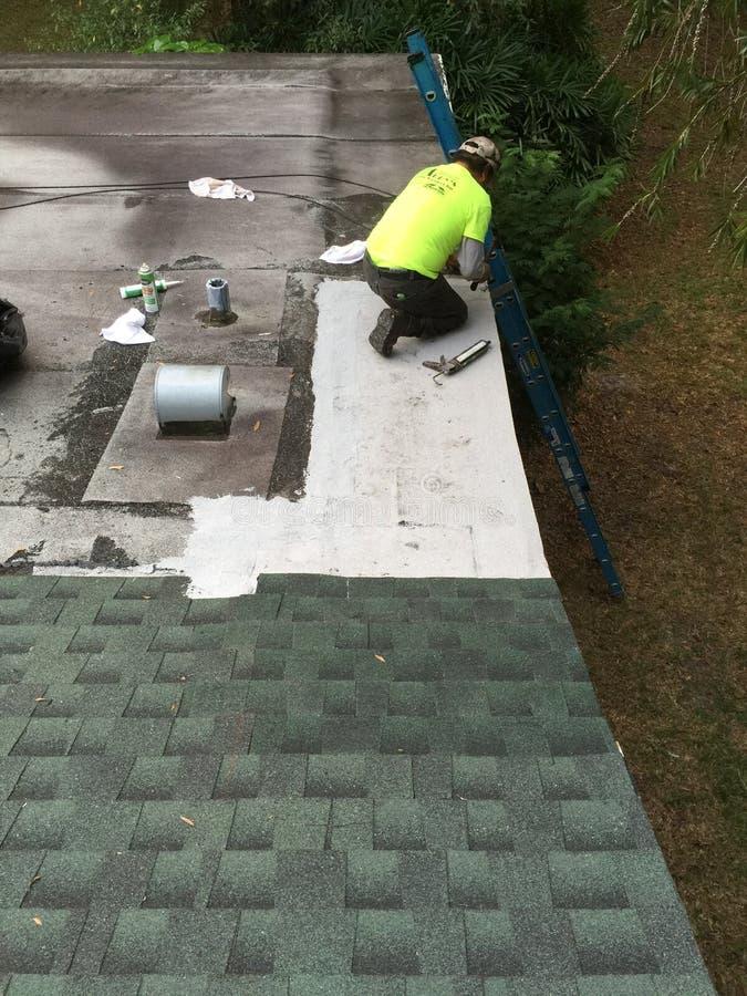 Επισκευές Roofers διαρροών στεγών στοκ εικόνες με δικαίωμα ελεύθερης χρήσης