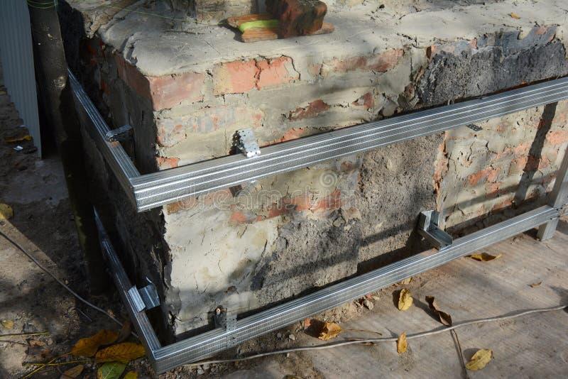 Επισκευή και ανακαίνιση τοίχου οικιακού ιδρύματος με τοποθέτηση χαλύβδινων φύλλων για στεγανοποίηση και προστασία από την υγρασία στοκ φωτογραφίες