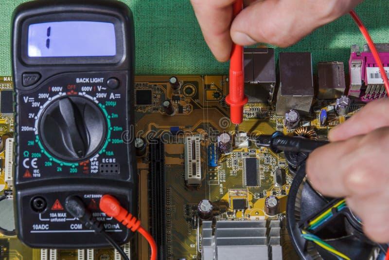 Επισκευή και διαγνωστικός του ηλεκτρονικού πίνακα κυκλωμάτων στοκ εικόνες με δικαίωμα ελεύθερης χρήσης