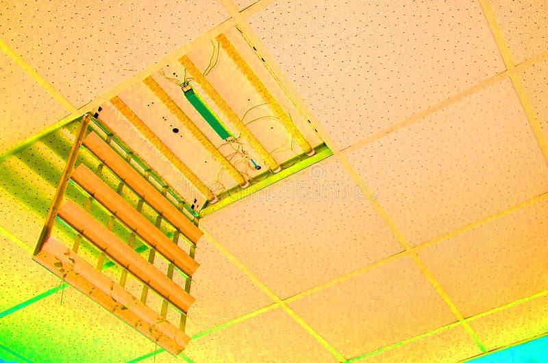 Επισκευή και εγκατάσταση του εξοπλισμού φθορισμού λαμπτήρων μακριά στοκ φωτογραφία με δικαίωμα ελεύθερης χρήσης