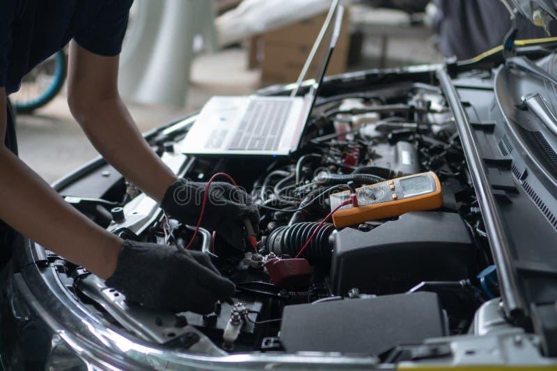 Επισκευή και συντήρηση αυτοκινήτων Εκτέλεση των διαγνωστικών μηχανών στοκ εικόνα με δικαίωμα ελεύθερης χρήσης