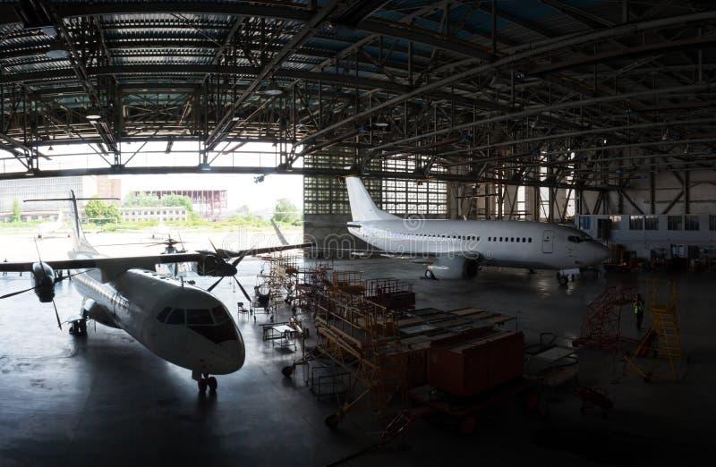 Επισκευή και συντήρηση των αεροπλάνων επιβατών στο υπόστεγο αεροπορίας στοκ φωτογραφία με δικαίωμα ελεύθερης χρήσης