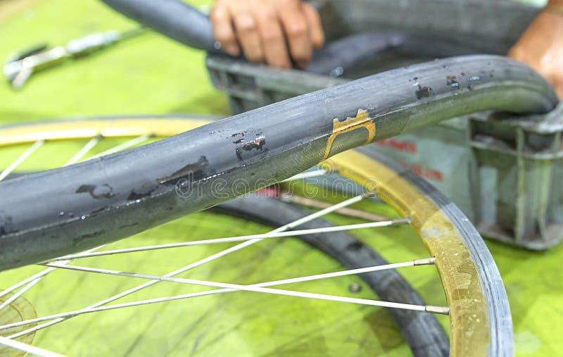Επισκευή μιας επίπεδης ρόδας μιας ρόδας ποδηλάτων Επιδιορθωμένος επάνω εσωτερικός σωλήνας στοκ εικόνες με δικαίωμα ελεύθερης χρήσης