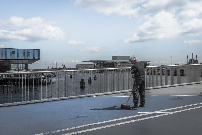 Επισκευή της ολισθηρής επιφάνειας της εσωτερικής γέφυρας λιμένων σε Copen στοκ εικόνες
