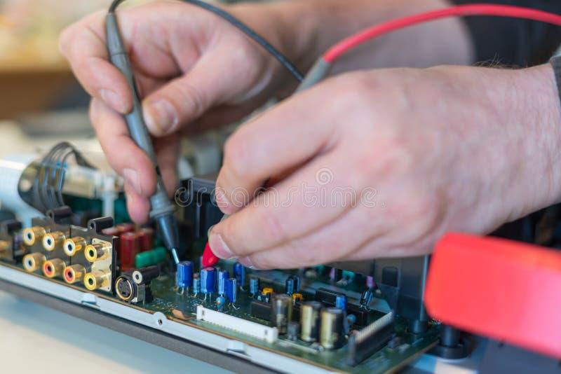 Επισκευή του ακουστικού και τηλεοπτικού εξοπλισμού Διάγνωση ελαττωμάτων του εγχώριου θεάτρου στοκ εικόνες