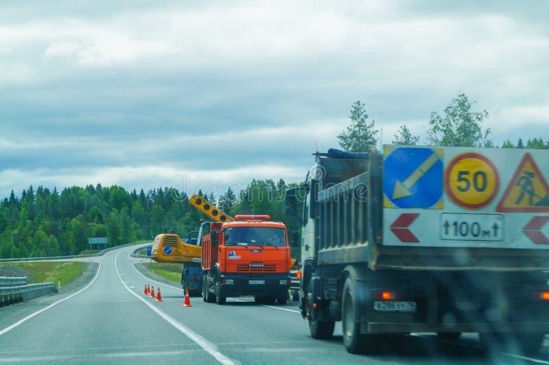 Επισκευή του δρόμου στην εθνική οδό στο Λένινγκραντ Oblast Ρωσία στοκ εικόνες
