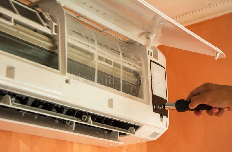 Επισκευή του κλιματιστικού μηχανήματος στον τοίχο στοκ εικόνα