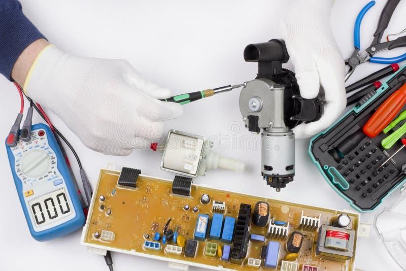 Επισκευή των ανταλλακτικών μηχανών πλύσης και καφέ στοκ εικόνες