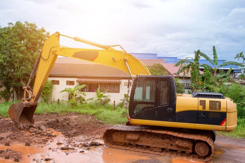 Επισκευή των δρόμων χαλασμένων στις βροχές στοκ εικόνες