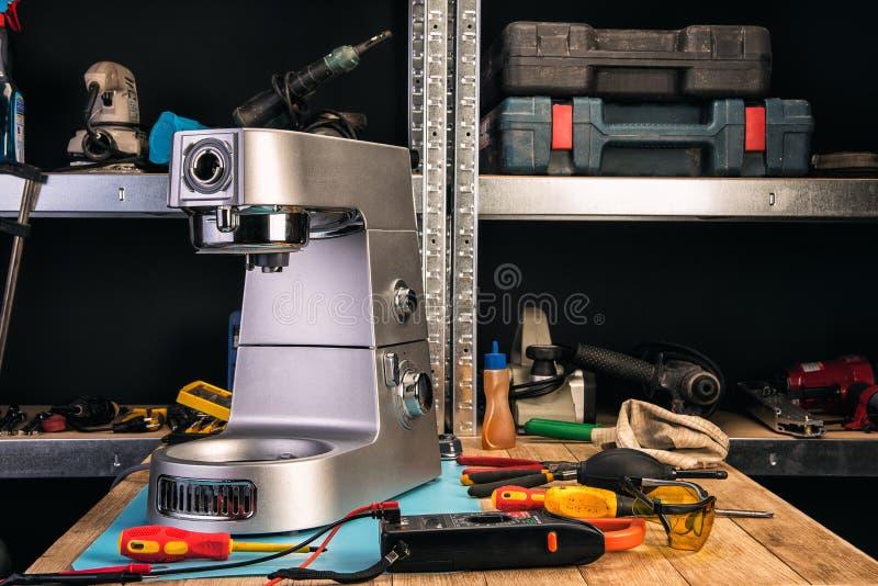 Επισκευή των εγχώριων συσκευών στο κέντρο υπηρεσιών στοκ εικόνες με δικαίωμα ελεύθερης χρήσης