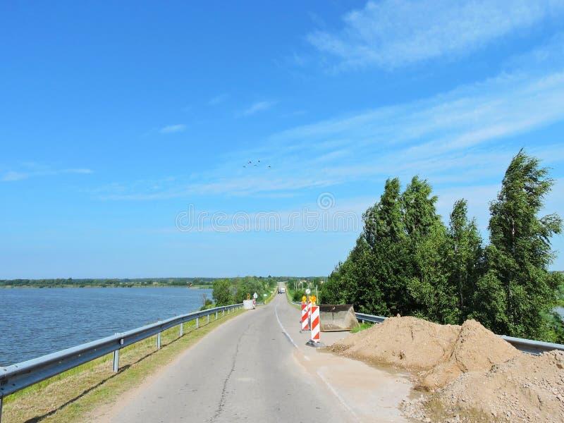 Επισκευασμένος δρόμος κοντά στη γέφυρα, Λιθουανία στοκ εικόνα