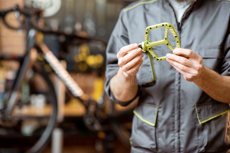 Επισκευαστής με τα πεντάλια ποδηλάτων στοκ εικόνες με δικαίωμα ελεύθερης χρήσης
