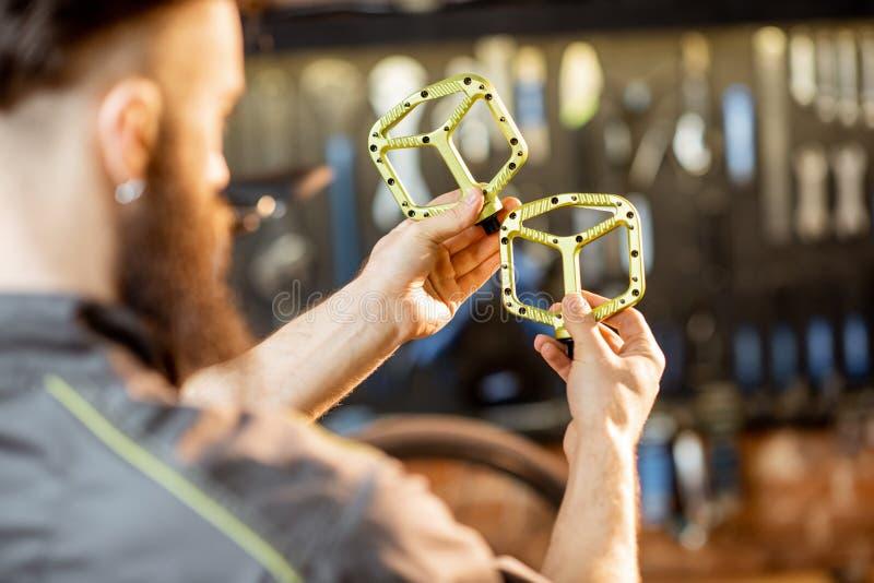 Επισκευαστής με τα πεντάλια ποδηλάτων στοκ φωτογραφία με δικαίωμα ελεύθερης χρήσης