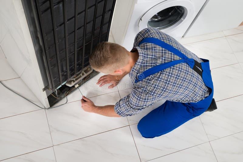 Επισκευαστής που κάνει τη συσκευή ψυγείων στοκ φωτογραφίες