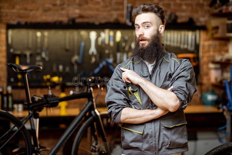 Επισκευαστής στο εργαστήριο ποδηλάτων στοκ φωτογραφία με δικαίωμα ελεύθερης χρήσης