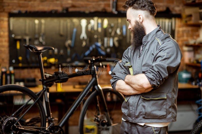 Επισκευαστής στο εργαστήριο ποδηλάτων στοκ φωτογραφίες με δικαίωμα ελεύθερης χρήσης