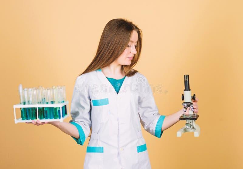 Επιστήμη μελέτης επιστημόνων επιστήμονας κοριτσιών στο εργαστήριο καλό αποτέλεσμα γιατρός κοριτσιών με τη δοκιμή του μικροσκοπίου στοκ εικόνες
