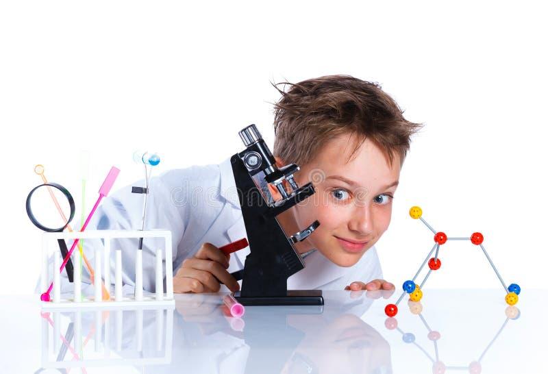 Επιστήμονας μικρών παιδιών στο εργαστήριο στοκ εικόνα