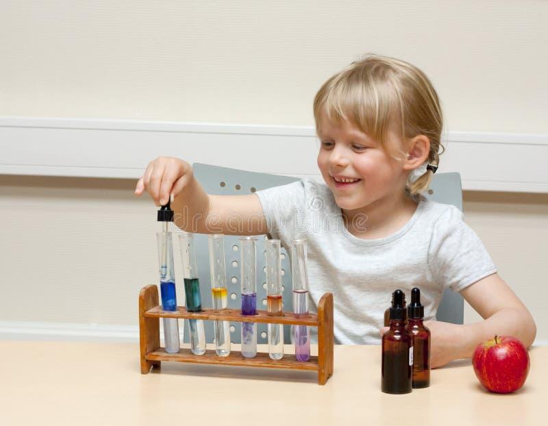 επιστήμονας παιδιών στοκ φωτογραφία με δικαίωμα ελεύθερης χρήσης