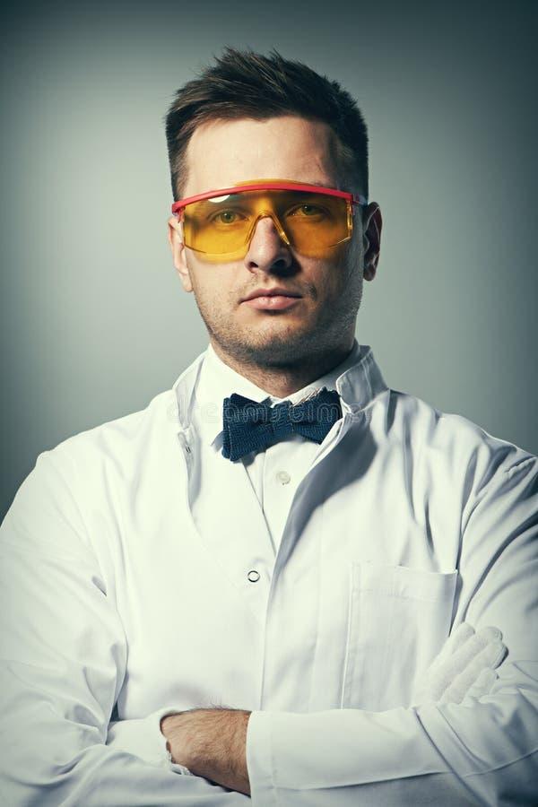 Επιστήμονας στα κίτρινα γυαλιά στοκ εικόνες με δικαίωμα ελεύθερης χρήσης
