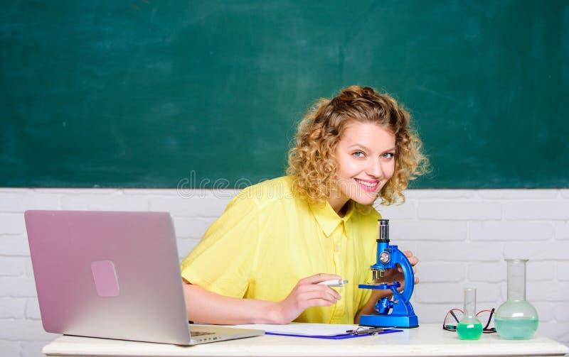 Επιστημονική έρευνα Έννοια μικροβιολογίας Κορίτσι σπουδαστών με το lap-top και το μικροσκόπιο Μοριακά προγράμματα της βιολογίας P στοκ φωτογραφίες