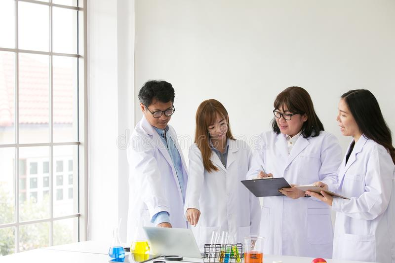 Επιστημονικό εξεταστικό quarity φαρμακοποιών δοκιμής Sciene Επιστήμονας ομάδας στοκ φωτογραφίες