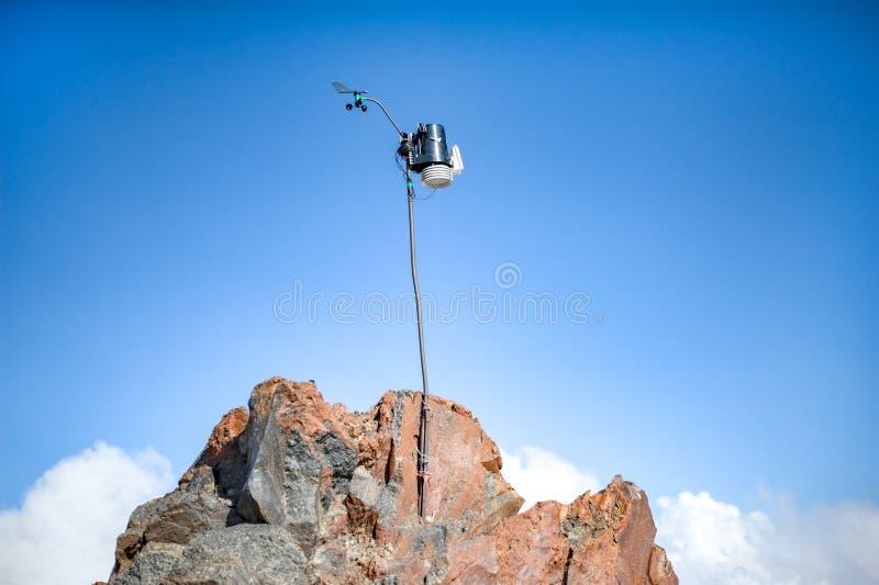 Επιστημονικό όργανο σε ένα ραβδί σε Elbrus σε ένα ύψος 3800 μέτρων στοκ εικόνες