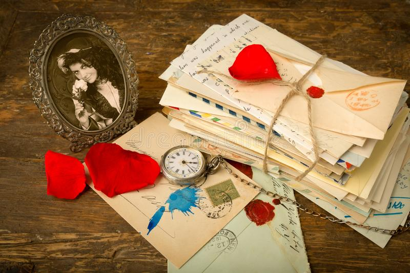 Επιστολές τριαντάφυλλων και ένα πορτρέτο στοκ εικόνα