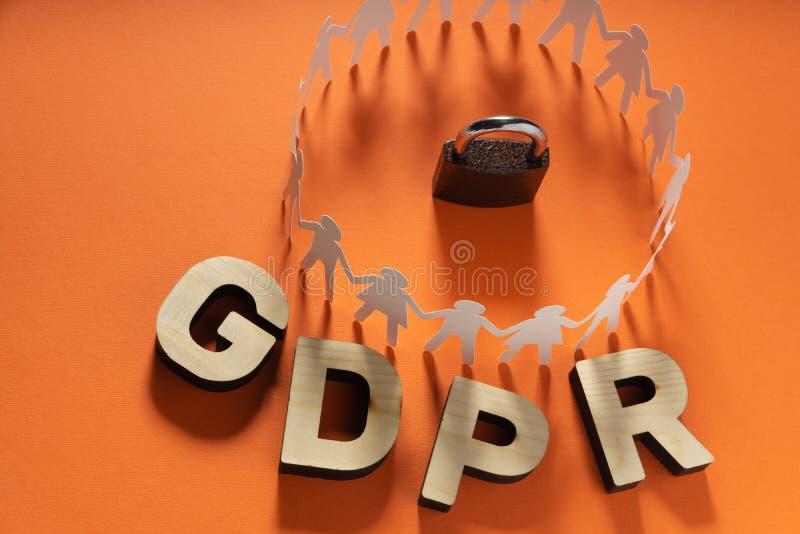 Επιστολές GDPR μπροστά από τους ανθρώπινους αριθμούς εγγράφου και το λουκέτο μετάλλων Γενική έννοια προστασίας δεδομένων στοκ φωτογραφίες