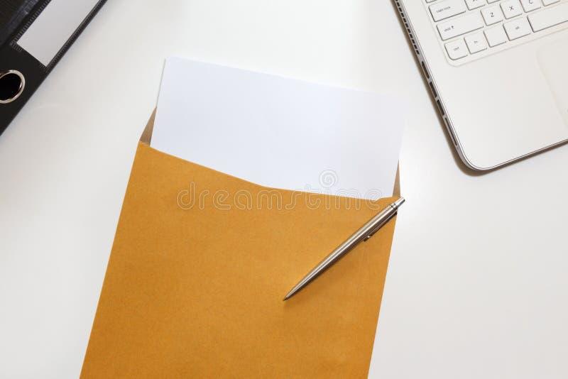 Επιστολή στο φάκελο με το αρχείο και σημειωματάριο στο γραφείο - επιχείρηση con στοκ εικόνα