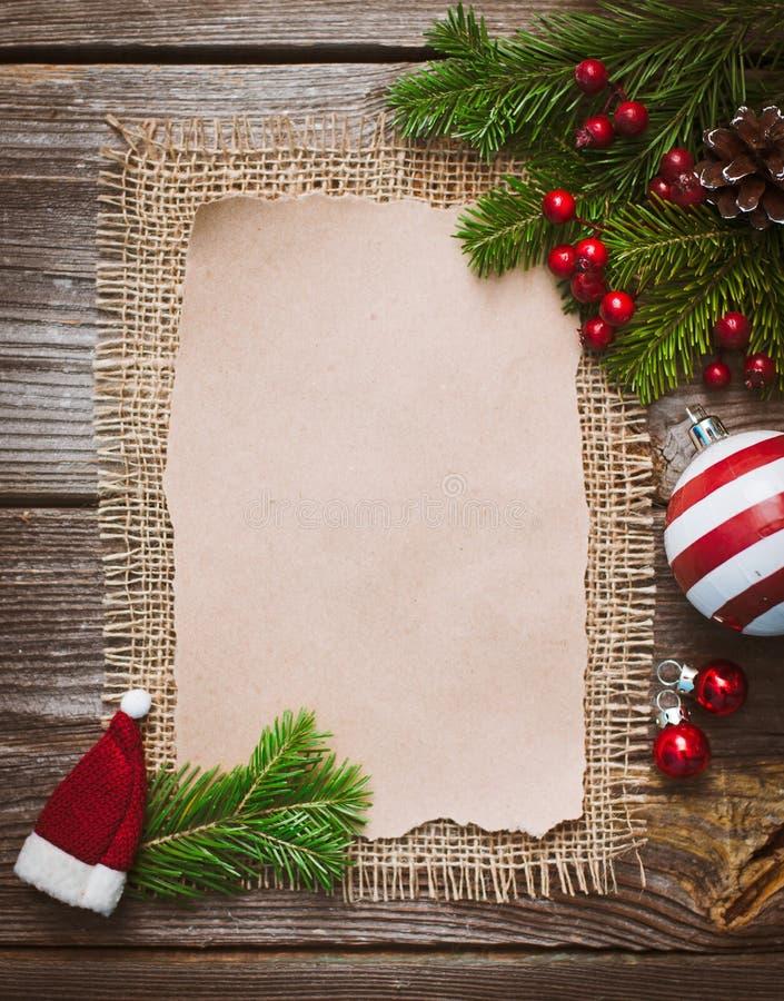 Επιστολή Χριστουγέννων, κατάλογος, συγχαρητήρια σε ένα ξύλινο υπόβαθρο ελεύθερου χώρου, νέο έτος προτύπων στοκ εικόνα
