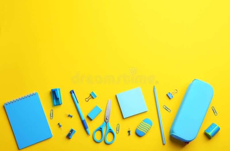 Επιστολόχαρτο ανοικτού μπλε σχολείου σε κίτρινο φόντο Χώρος για κείμενο στοκ εικόνες