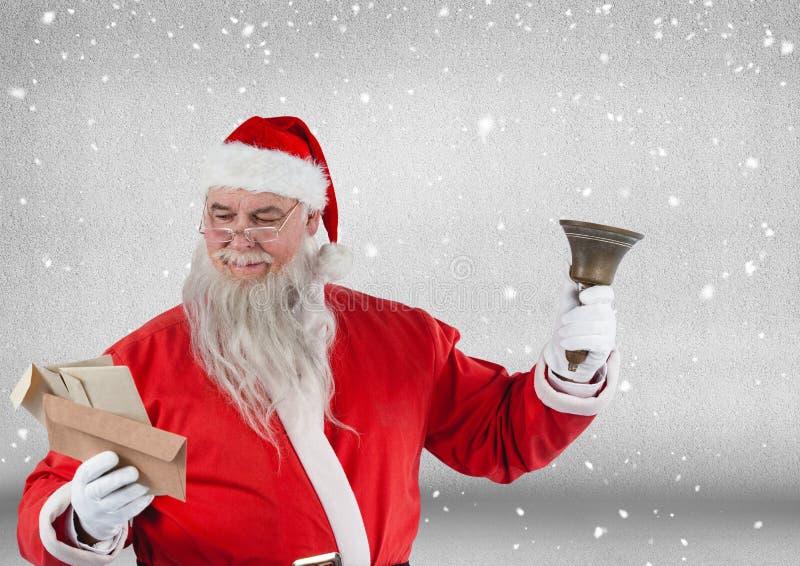 Επιστολές Χριστουγέννων κουδουνιών και ανάγνωσης εκμετάλλευσης Santa στοκ εικόνα
