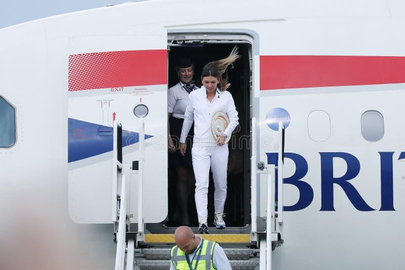 Επιστροφής σπίτι της Simona Halep με το τρόπαιο Wimbledon στοκ φωτογραφία με δικαίωμα ελεύθερης χρήσης
