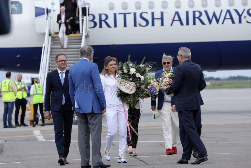 Επιστροφής σπίτι της Simona Halep με το τρόπαιο Wimbledon στοκ εικόνες