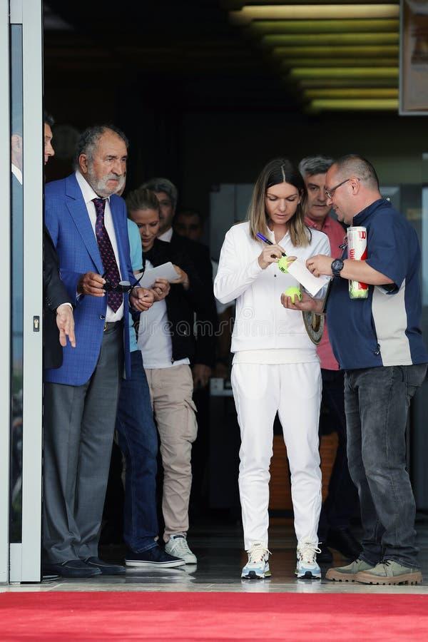 Επιστροφής σπίτι της Simona Halep με το τρόπαιο Wimbledon στοκ φωτογραφία