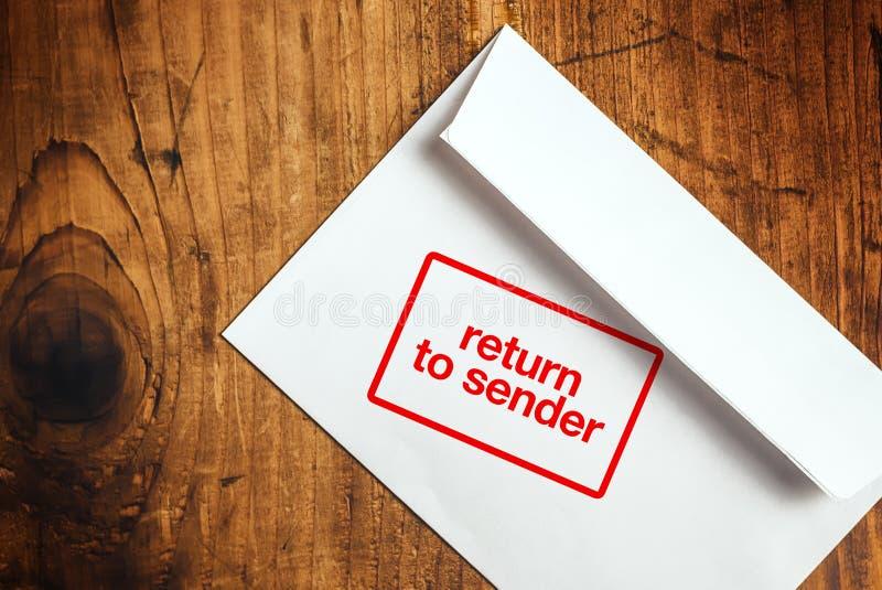 Επιστροφή στο γραμματόσημο αποστολέων στο φάκελο στοκ εικόνα