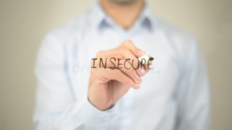 Επισφαλής, άτομο που γράφει στη διαφανή οθόνη στοκ φωτογραφία με δικαίωμα ελεύθερης χρήσης