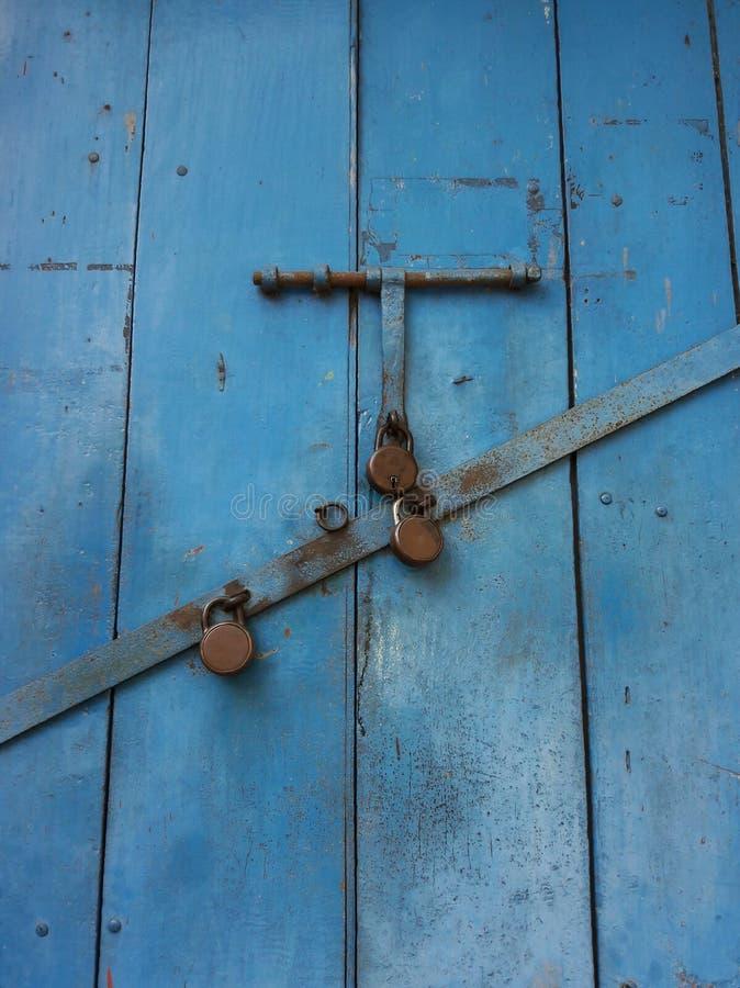 Επισφαλής κλειδαριών πόρτα τρία κλειδαριών μπουλονιών διπλή κλειδωμέ στοκ φωτογραφίες με δικαίωμα ελεύθερης χρήσης