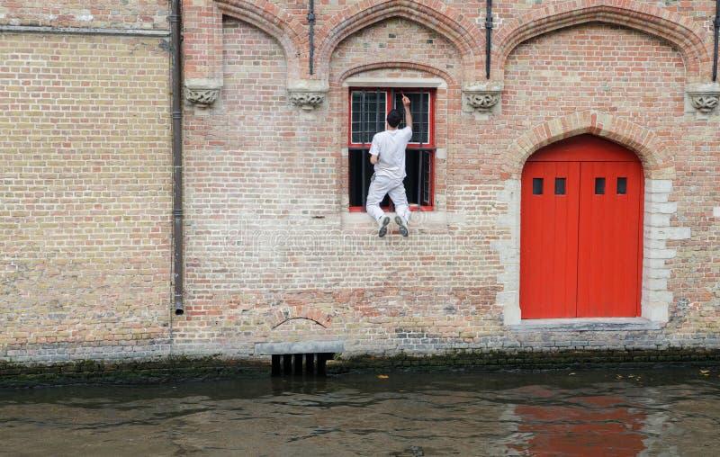 Επισφαλής εργασία - επισφαλής ζωγραφική παραθύρων στο Μπρυζ Βέλγων στοκ εικόνες