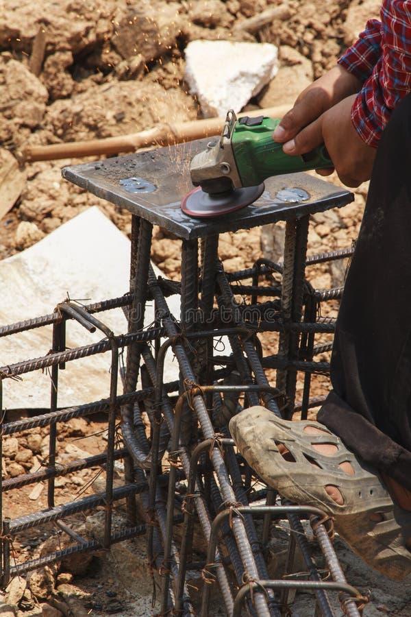 Επισφαλής εργασία - που χρησιμοποιεί τη λείανση χωρίς προστασία στοκ φωτογραφία