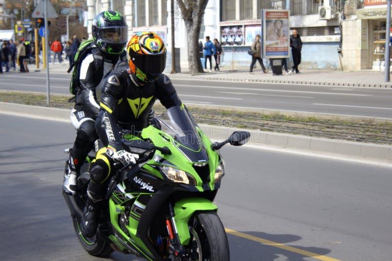 Επιτάχυνση ζεύγους στη μοτοσικλέτα στοκ φωτογραφία με δικαίωμα ελεύθερης χρήσης