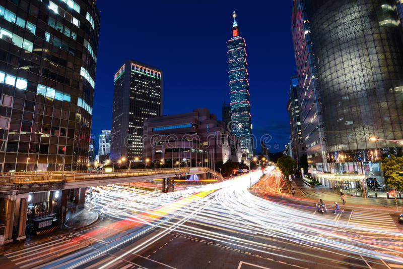 Επιτάχυνση κυκλοφορίας ώρας κυκλοφοριακής αιχμής μέσω μιας πολυάσχολης διατομής κοντά στη Ταϊπέι 101 στην πρωτεύουσα της Ταϊβάν στοκ φωτογραφία με δικαίωμα ελεύθερης χρήσης