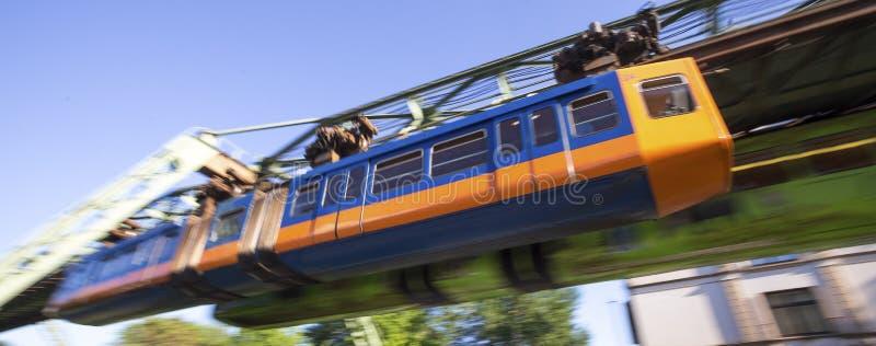 Επιτάχυνση του Wuppertal Γερμανία τραίνων Schwebebahn στοκ εικόνες