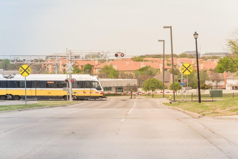 Επιτάχυνση τραίνων μετρό μέσω ενός crossin επιπέδων σημαδιών κόκκινου συναγερμού στοκ φωτογραφίες