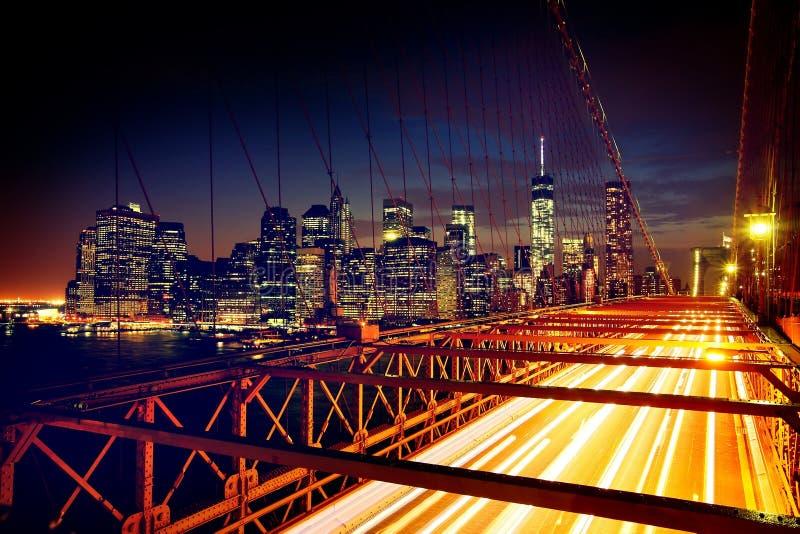 Επιταχυνόμενα αυτοκίνητα στη γέφυρα του Μπρούκλιν στοκ εικόνες
