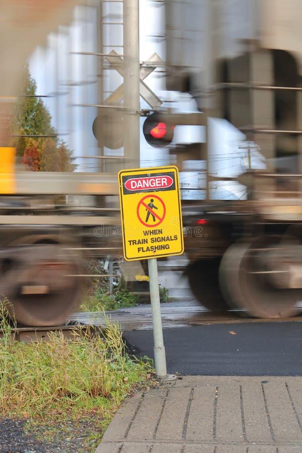 Επιταχυνόμενα τραίνο και προειδοποιητικό σημάδι στοκ φωτογραφίες με δικαίωμα ελεύθερης χρήσης