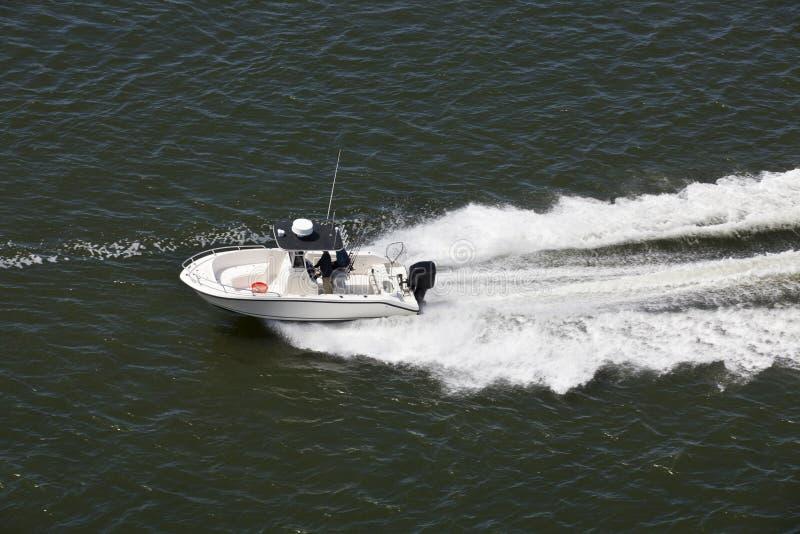 Επιταχυνόμενο αθλητικό αλιευτικό σκάφος στοκ φωτογραφίες με δικαίωμα ελεύθερης χρήσης