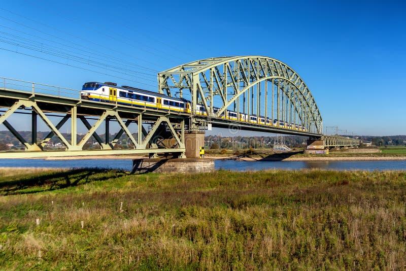 Επιταχυνόμενο τραίνο που διασχίζει τον ποταμό του Ρήνου στοκ φωτογραφίες με δικαίωμα ελεύθερης χρήσης