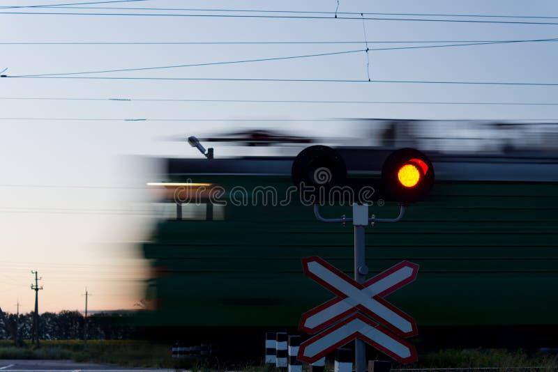 Επιταχυνόμενο τραίνο που περνά ένα ισόπεδο πέρασμα στοκ φωτογραφία με δικαίωμα ελεύθερης χρήσης